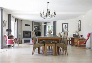 Jak wybrać odpowiednie krzesło do salonu?