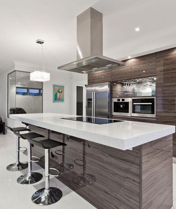 Krzesła barowe w kuchni i aneksie kuchennym